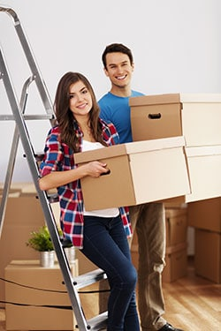 couple qui trie ses affaires pour un déménagement longue distance